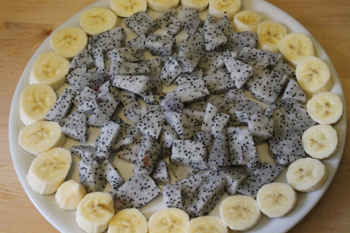 Kleines Kinderfrühstück mit Drachenfrucht und Banane