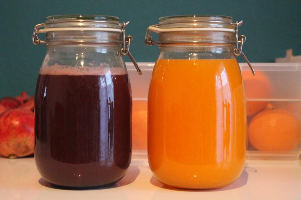Frisch gepresster Saft aus der Socke - Mandarinensaft und lila Weintraubensaft